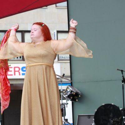 Tanssija Hanna Rajapolvi esiintymässä Joensuun torilavalla.