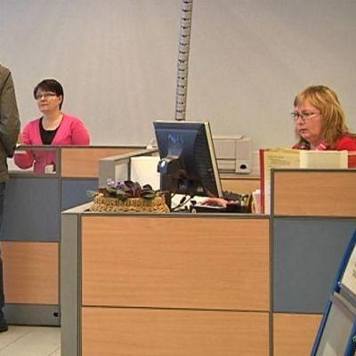 Asiakas työvoimatoimistossa Hämeenlinnassa.
