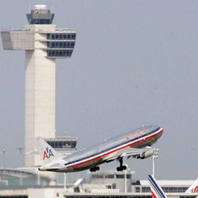 American Airlinesin kone nousee JFK-lentokentältä ilmaan.