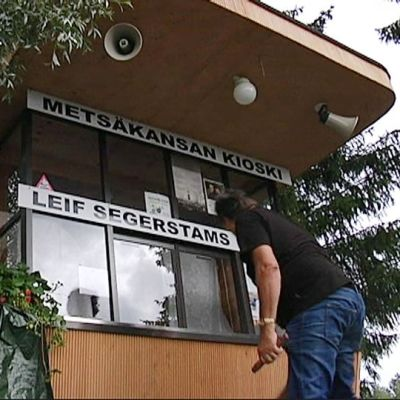 Metsäkansan Segerstam-kioski saa kylttinsä.