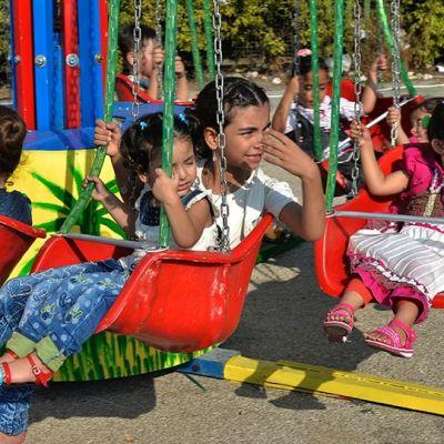 Lapsia huvipuistolaitteen kyydissä.
