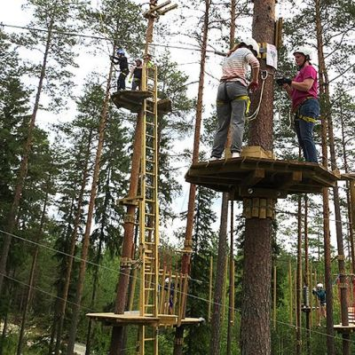 Kaksi naista seisoo korkealla puussa olevalla lavalla.