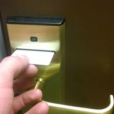 Kuvassa avainkorttia syötetään hotellihuoneen kortinlukijaan.