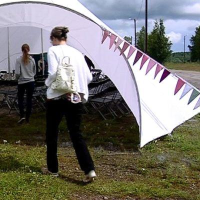 Sisäänkäynti telttateatteriin.