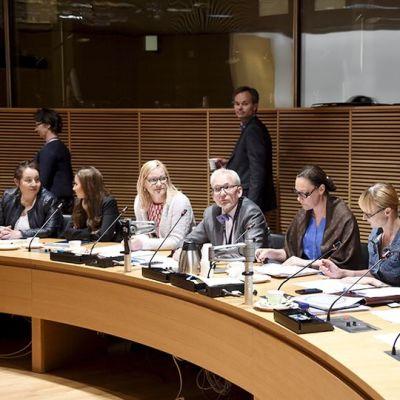 Suuren valiokunnan jäseniä ennen kokouksen alkua.