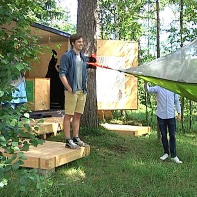 Puuhun ripustettun teltta