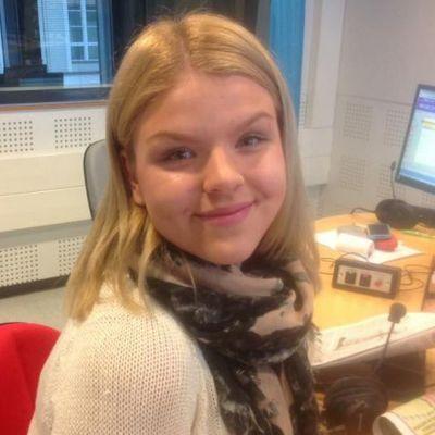 Nuori tyttö radiostudiossa.