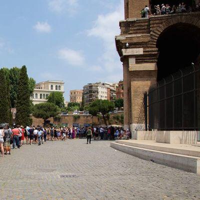 Turisteja jonottamassa Colosseumille.