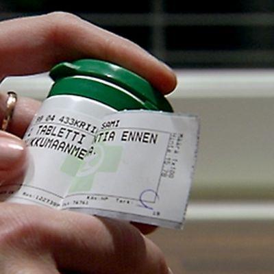 Lääkepurkin ettikettiä tutkitaan