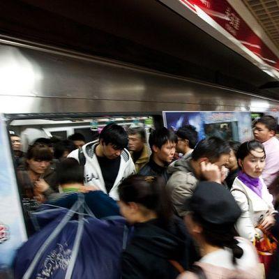 Ihmisiä Pekingin metrossa lokakuussa 2011.