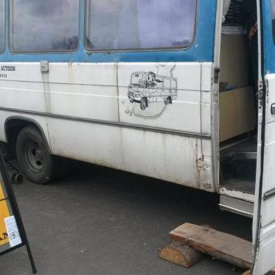 Juminkeko-säätiön Arhippa astuu autoon -bussikiertue opastaa runolaulun maailmaan.
