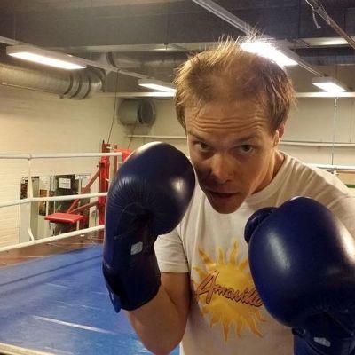 Kuvassa näyttelijä Jarkko Lahti nyrkkeilyhanskat kädessä.
