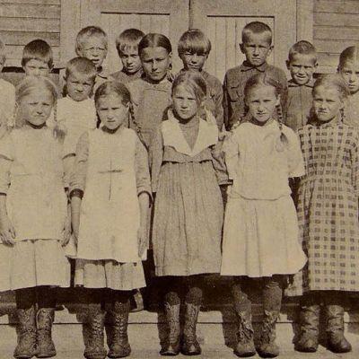 Koulukuva 1920-luvulta Kainuusta Korholanmäen koululta.