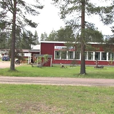Matkailuyritys Wanha kaivoskylä toimii rautakaivoksen vanhoissa rakennuksissa.