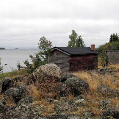 Meri-Lapin matkailuyhdistyksen mukaan Tornion Pensaskarin saaren vanhan kalastajayhteisön perinne kiinnostaa matkailijoita.