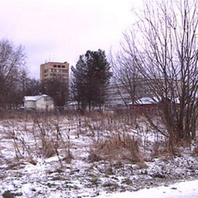 Tyhjä tontti Keskikadun varrella Tornion keskustassa