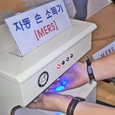 Käsien desinfiointia Singyeongjun juna-asemalla Etelä-Koreassa
