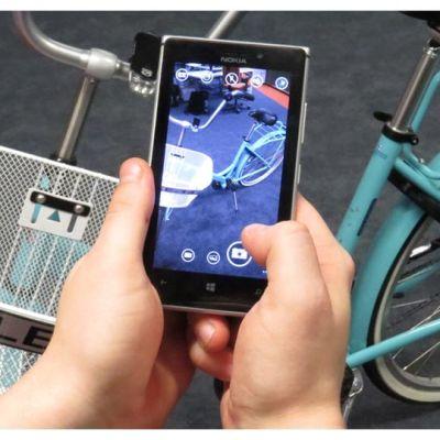 Kännykkäkameralla kuvataan polkupyörää.