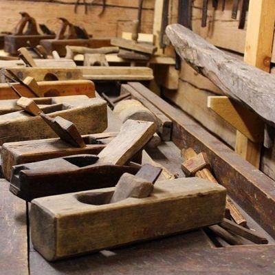 Kotiseutumuseon näyttelyn kantava teema on talonpoikainen elämäntapa 1900-luvun alussa. Höylä ja höyläpenkki olivat tärkeitä työkaluja.