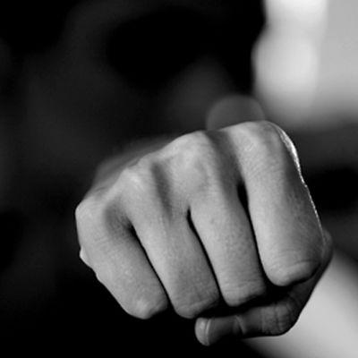 Naisen käsi ojennettuna nyrkissä