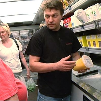 Pasi Tanninen esittelee Sari-Ulrika Tenhuselle Iloisen pojan lähiruokakaupassa myytäviä tuotteita.