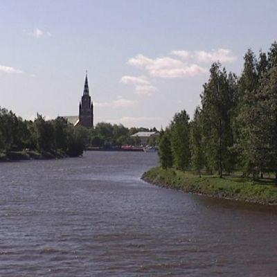 Kokemäenjoki taustallaan Porin kaupunki.