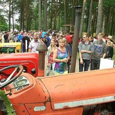 Nuffield-traktori ja yleisöä Farmarissa Joensuussa.