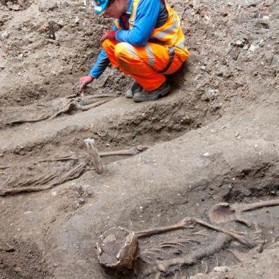 Arkeologit tutkivat ratatyömaalta löytyneitä luita Lontoossa.
