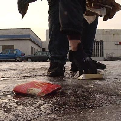 Harri Havila kertoo keräävänsä läheisen McDonald's -ravintolan jätteitä omalta tontiltaan päivittäin