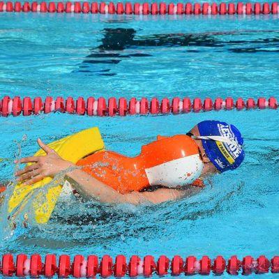 Hengenpelastaja pelastaa Helly-nukkea uima-altaassa