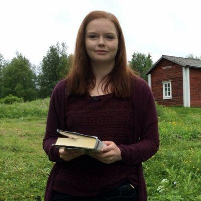 Vilja Päätalo vierailee vaarinsa Kalle Päätalon kotimaisemissa Kallioniemessä Taivalkosken Jokijärvellä joka kesä.