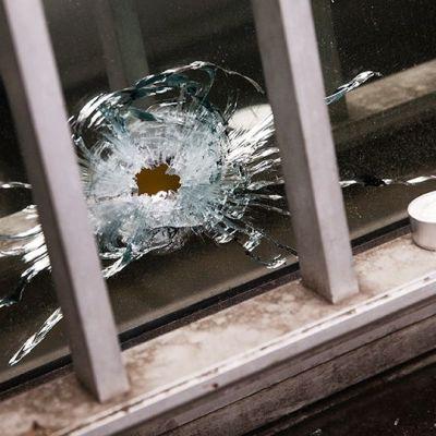 Luodinreikä Charlie Hebdon lehden toimitukseen tehdyn terrori-iskun jäljiltä.