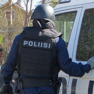 Poliisi auton vieressä.