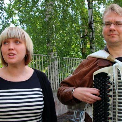 Rääkkylä Folk -yhdistyksen puheenjohtaja Satu Pennanen laulaa ja hanuristi Timo Hacklin säestää.