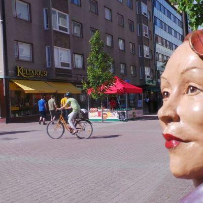 Maire-patsas Porin kävelykadulla hellepäivänä 2.7.2015.