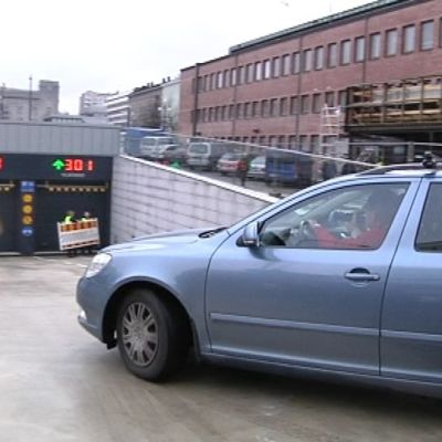 Auto ajaa Toriparkkiin Lahden Toriparkki