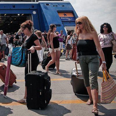 Turisteja poistumassa laivasta Pireuksen satamassa.