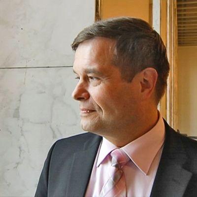 Kokoomuksen kansanedustaja, poliisina pitkään työskennellyt Kari Tolvanen katseli mietteliäänä eduskuntatalon ohi marssinutta poliisijoukkoa.