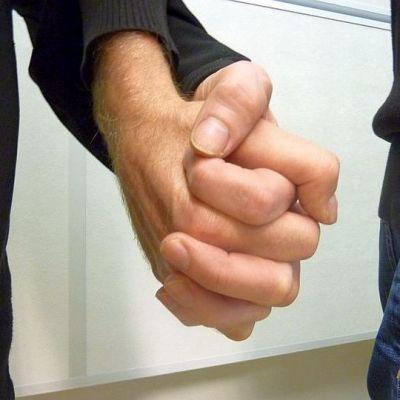 miehet käsi kädessä
