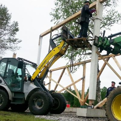 Herättäjäjuhlien kasaamista traktoreiden avulla.