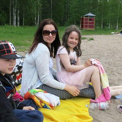 Miro, Hanna ja Riina Nevala Rovaniemen Salmijärven uimarannalla
