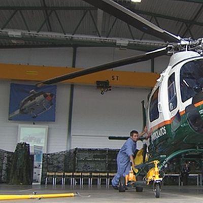 Rajavartiolaitoksen AW 119 Ke Koala -helikopterin ohjaamo ulkopuolelta. Roottori. Pyyhkimet.