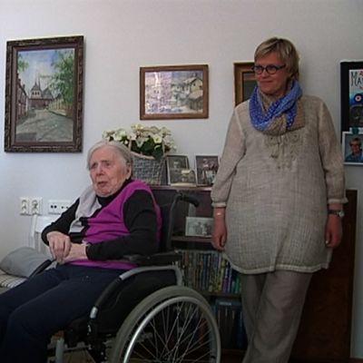Etälääkäri kuulee iäkästä naista tämän huoneessa palvelukodissa.