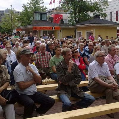 Yleisöä Porin Eetunaukiolla
