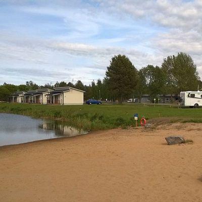 Kuvassa Kokkola Camping -leirintäaluetta. Vasemmalla kanava, jonka rannalla loma-asuntoja, oikealla matkailuauto.