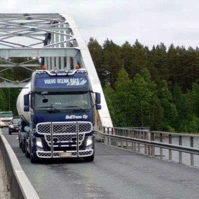 Rekka-auto ajaa Jännevirran sillalla
