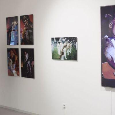 Tyttö katselee Pori Jazz -aiheista kuvanäyttelyä.