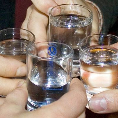 ihmiset juovat schnapsia