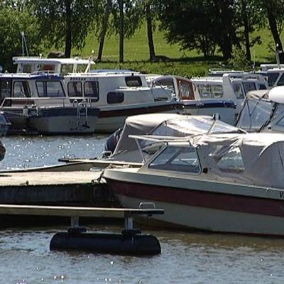 Veneitä Vaasan Kalarannan satamassa.