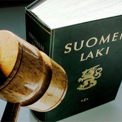 Tuomarin nuija ja Suomen lakikirja.